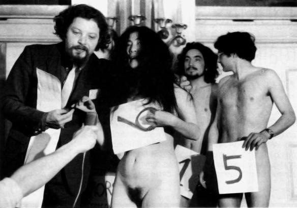 Yoko Ono e seu ex marido Tony Cox em uma performance artística inspirada no Fluxus.