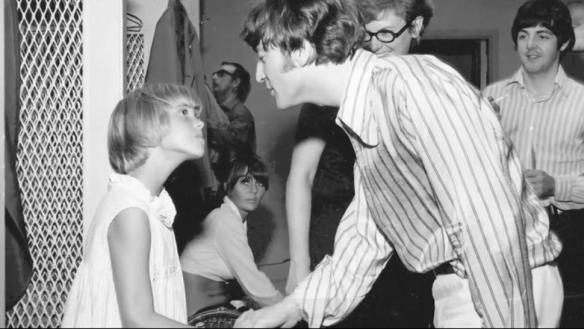 John Lennon inclina-se paternalmente na foto com Hoving.