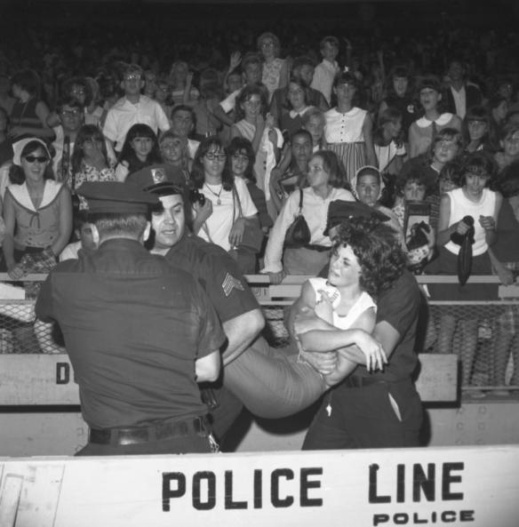 Pessoas sendo carregadas depois de desmaiarem no estádio...