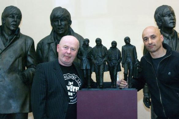 O escultor Andrew Edwards e Chris Jones, da Fundição do Castelo de Belas Artes e as estátuas dos Beatles e a maquete.