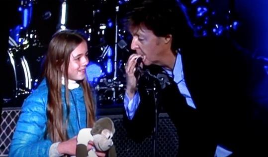 Paul toca com menina de 10 anos na Argentina