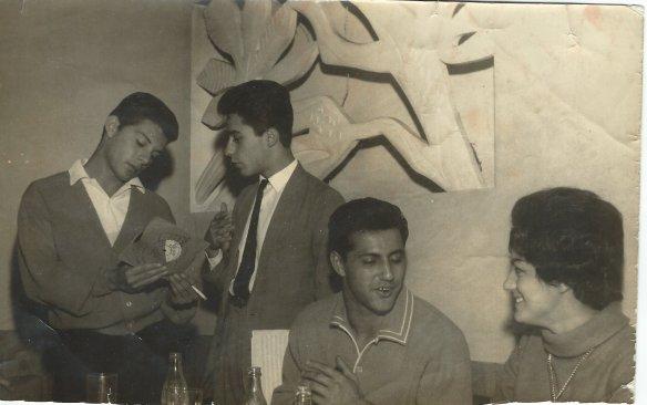 Alfie Soares e Frank Avalon. Nesta foto Alfie está passando a Frankie um suplemento completo da Young.