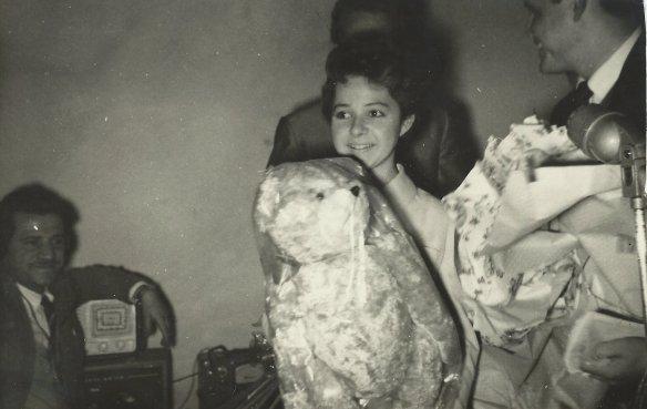 Brenda Lee e o ursinho Teddy Bear ofertado por Vaccaro.