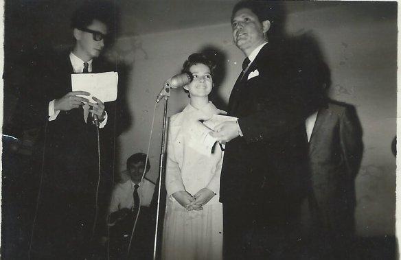 Miguel Vaccaro Netto, Brenda Lee e seu agente. Sentado ao fundo está Atílio Riccó, que anos mais tarde faria parte do corpo de diretores do núcleo de novelas da Globo.